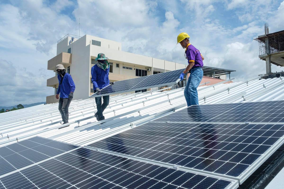 https://universalkraft.com/wp-content/uploads/2018/09/big-rooftop-solar-shopping-in-sweden.jpg